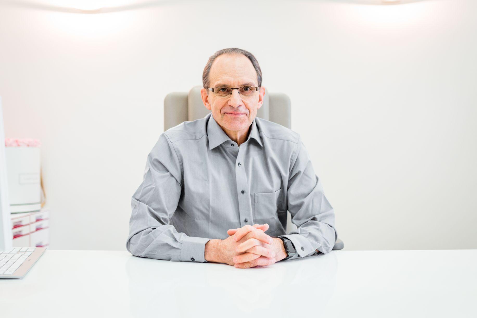 9 Fragen: Herr Prof. Dr. Dr. Dr. Ralf Siegert im Interview