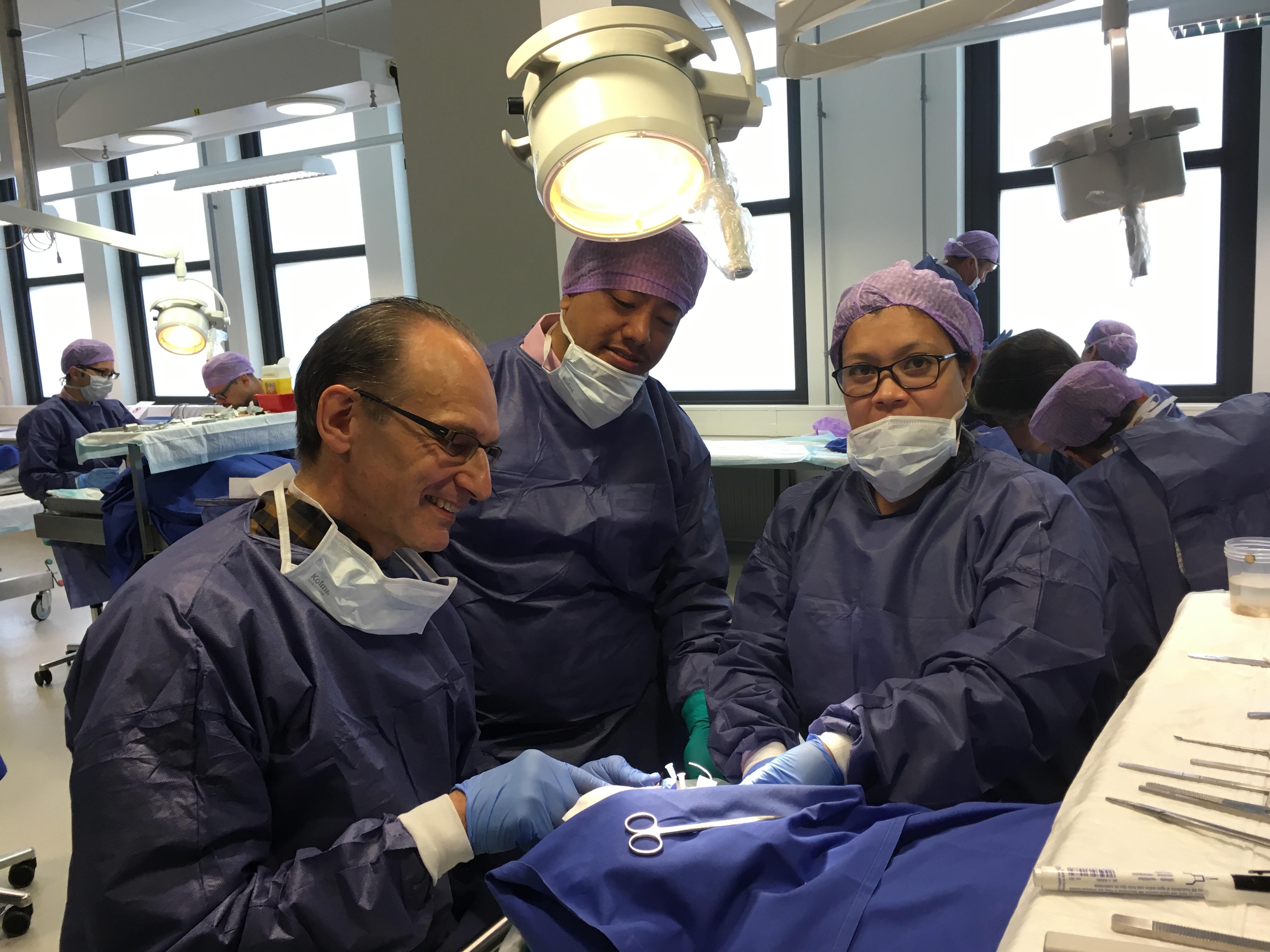 Pro. Siegert präsentiert seine Operationstechniken in einem OP-Saal